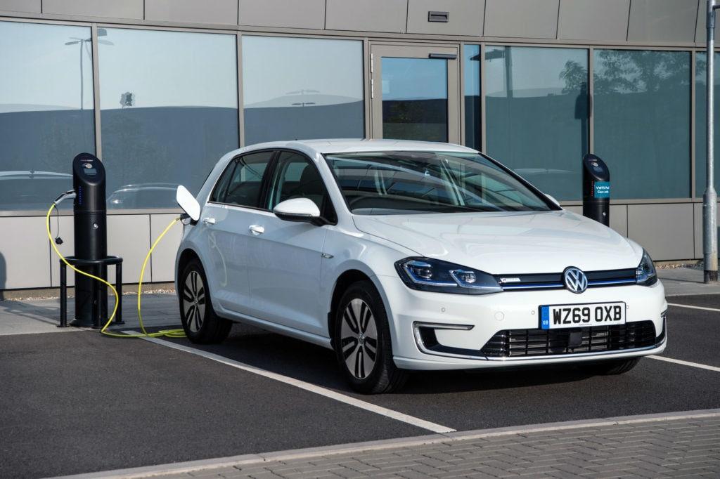 Le e-golf de Volkswagen est peut-être petit, mais il ressemble à un golf sans fioritures.
