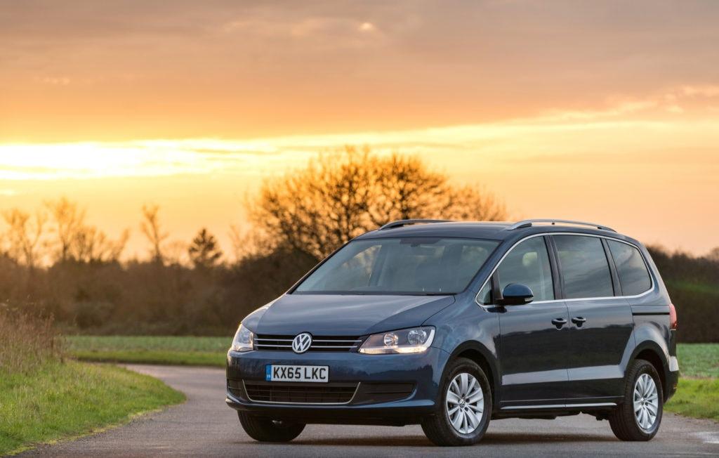 Le Volkswagen Sharan est un monospace classique mais peut facilement accueillir 7 personnes.