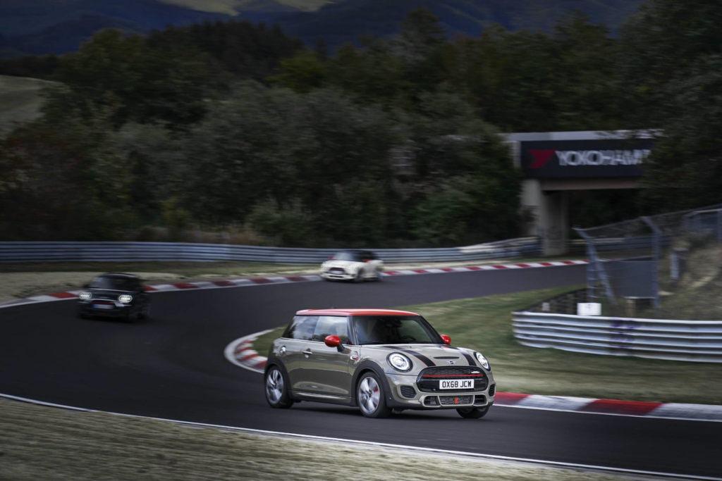 La Mini Cooper S JWC sur un circuit de course