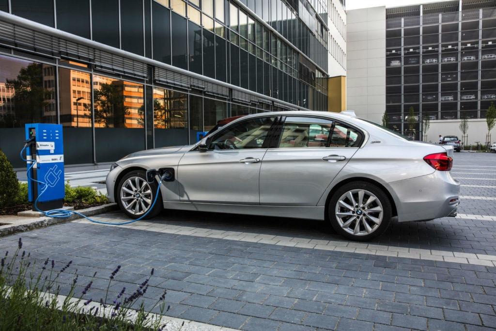 BMW 330e - une superbe voiture hybride de direction